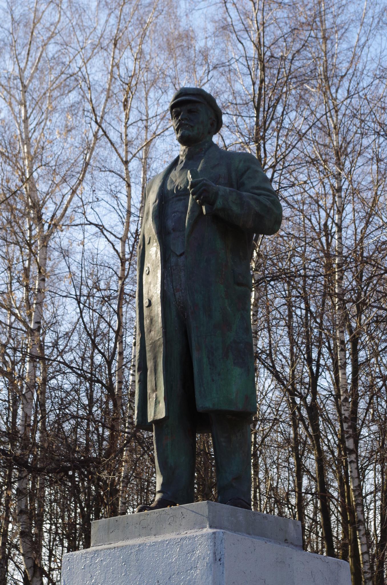 Памятник Владимиру Ильичу Ленину установлен в 1960 году около Дворца культуры имени С.П. Горбунова