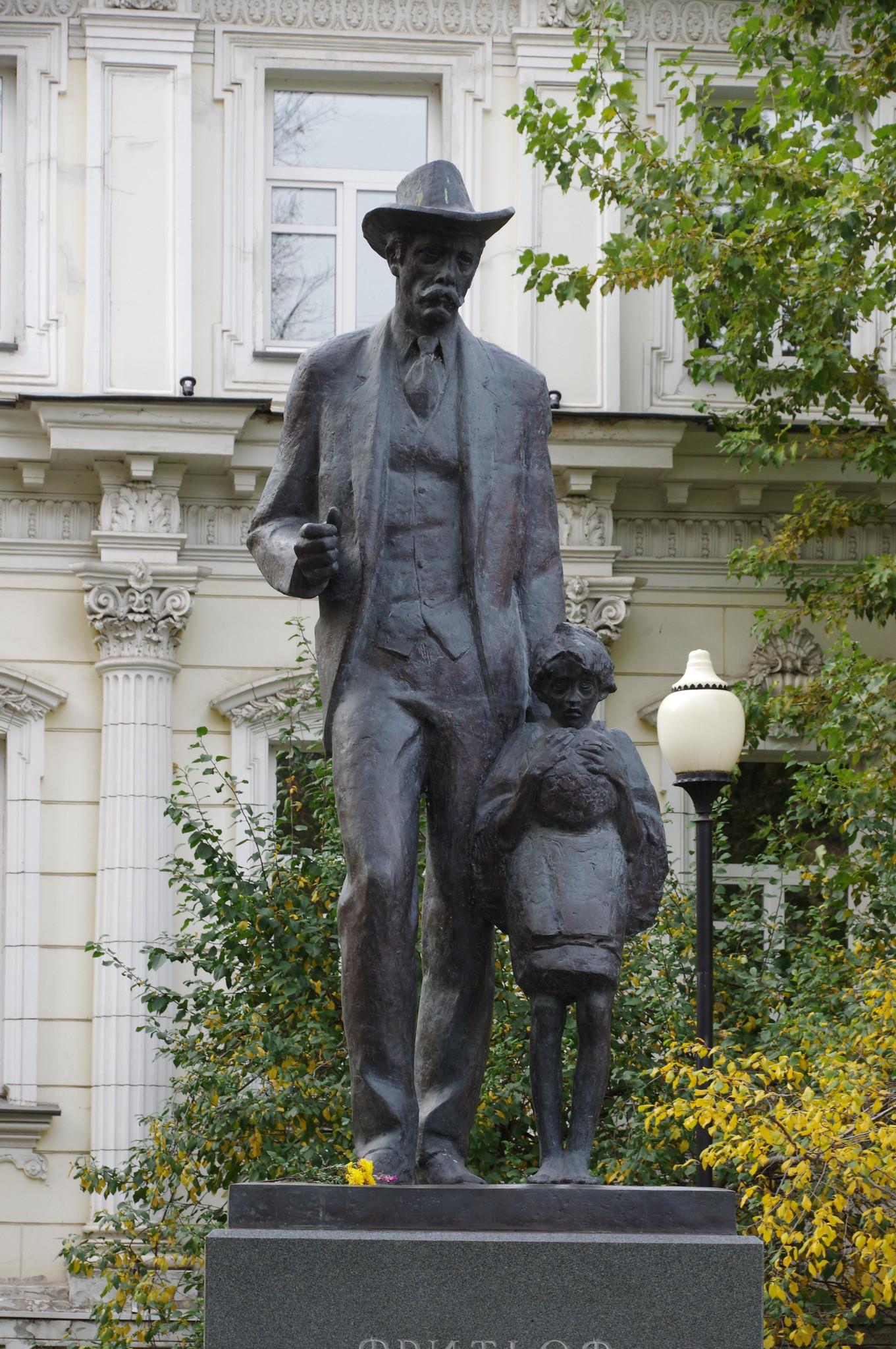 Памятник Фритьофу Нансену в Большом Лёвшинском переулке