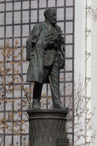 Памятник инженеру Владимиру Григорьевичу Шухову
