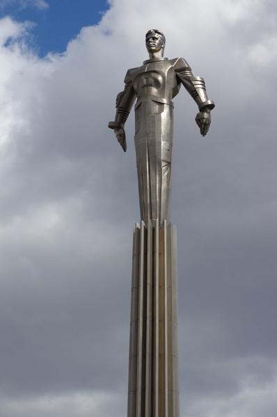 Памятник Юрию Гагарину был установлен в 1980 году на площади Гагарина