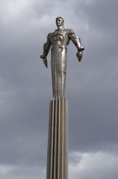 Памятник Юрию Алексеевичу Гагарину работы скульптора П.И. Бондаренко
