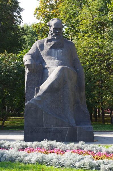 Памятник Льву Толстому установлен в сквере Девичьего поля