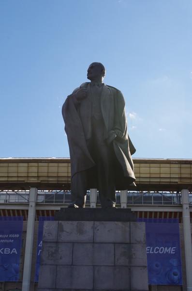 Памятник В.И. Ленину установлен у главного входа на территории спорткомплекса «Лужники», около Большой спортивной арены
