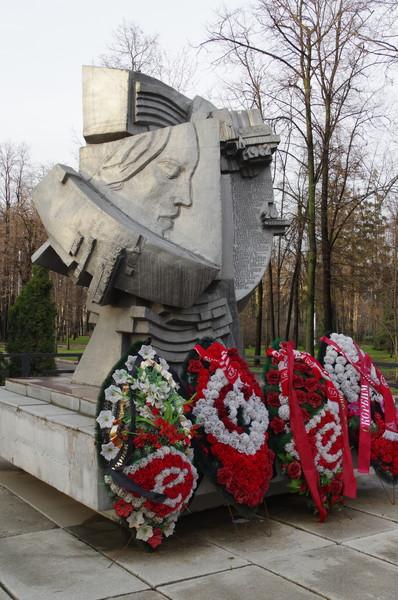 Памятник «Погибшим на стадионах мира» был установлен 22 октября 1992 года у западных трибун «Лужников»