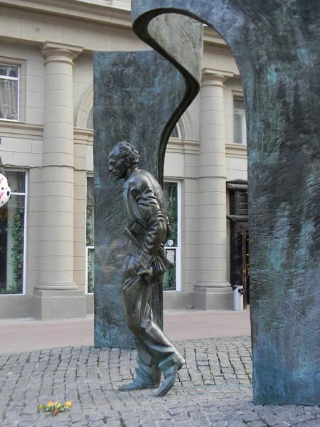 Памятник Булату Окуджаве на углу Арбата и Плотникова переулка