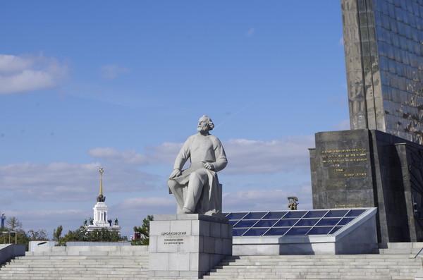 Памятник К.Э. Циолковскому, вблизи обелиска «Покорителям космоса» в Москве