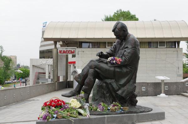 Памятник Дмитрию Дмитриевичу Шостаковичу перед зданием Московского международного Дома музыки