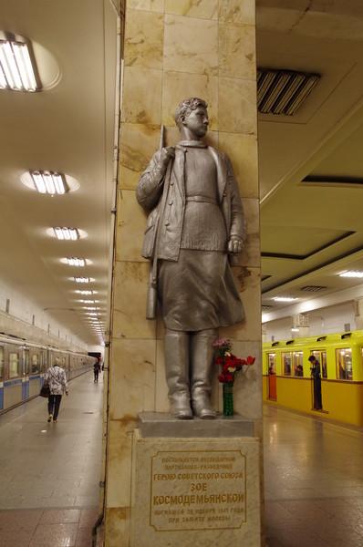 Скульптура Зои Космодемьянской на платформе станции «Партизанская» Московского метрополитена