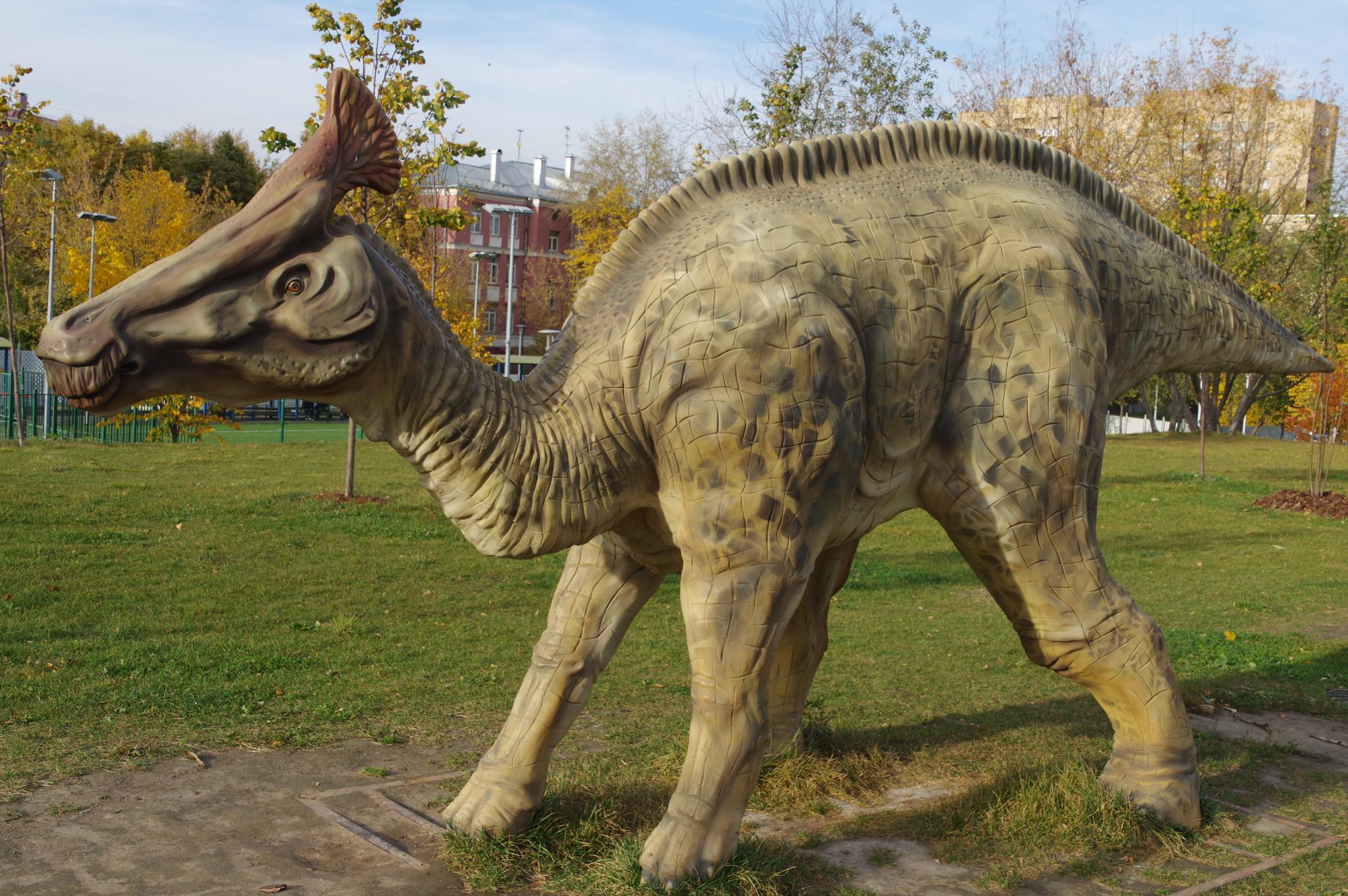 Олоротитан (лат. Olorotitan, буквально - лебедь-титан) в парке «Академический» на юго-западе Москвы