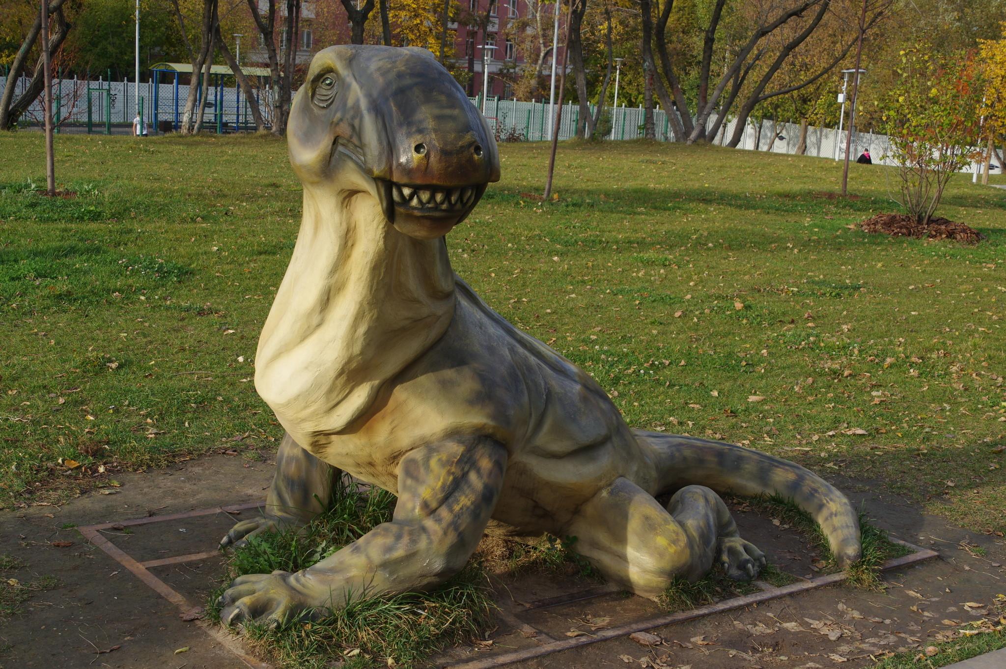Ивантозавр (лат. Ivantosaurus ensifer) в парке «Академический» на юго-западе Москвы