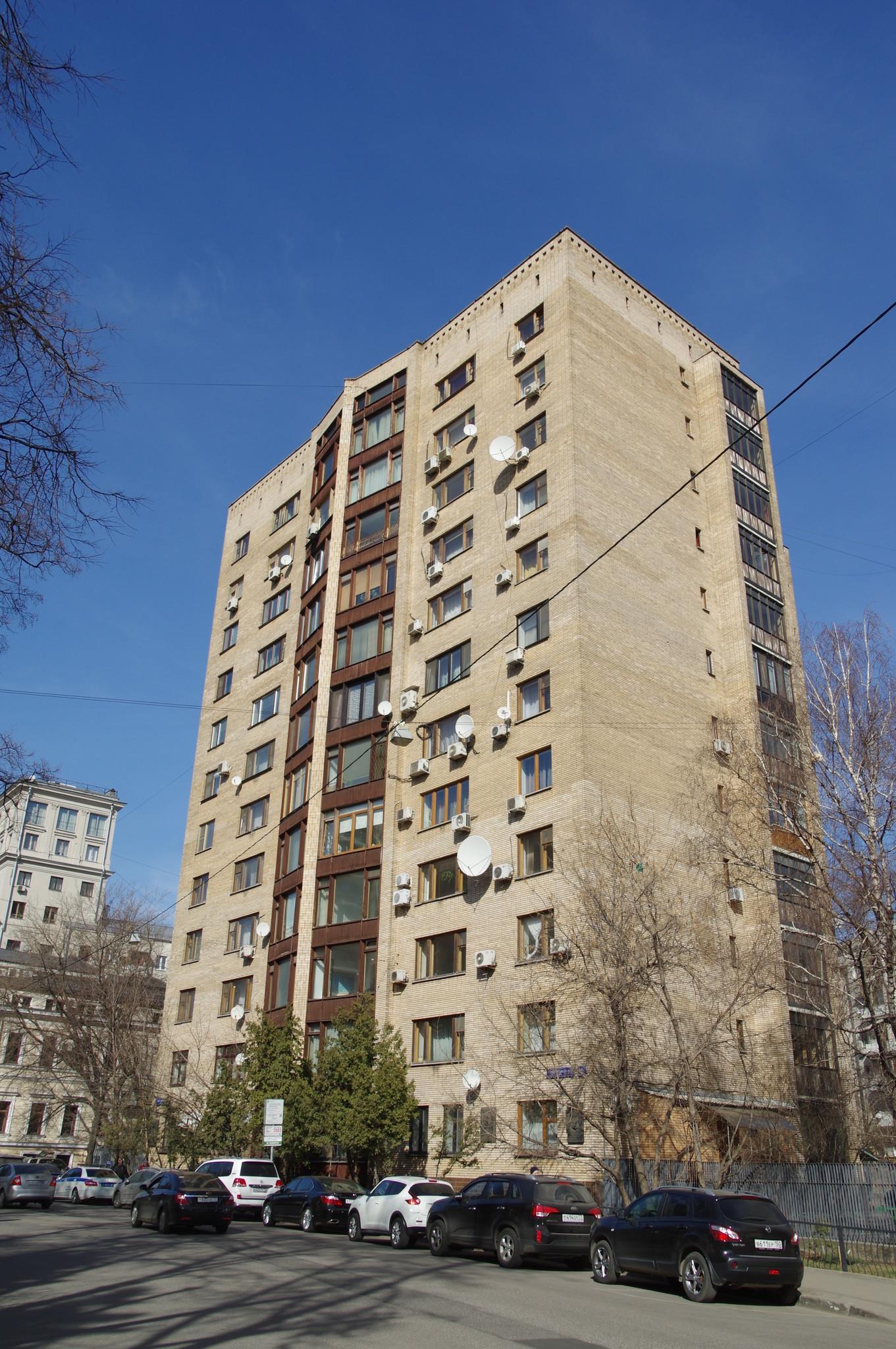 Улица Спиридоновка, дом 18, в котором в 1968-1984 годах жил Главнокомандующий Военно-Воздушными Силами Советского Союза Павел Степанович Кутахов