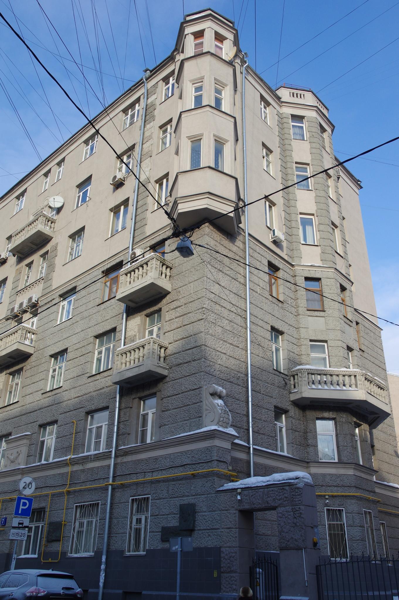 Большой Казённый переулок, дом 7. Здесь с 1950 года по 1999 год, жил Герой Социалистического Труда, генерал-майор инженерно-технической службы Николай Николаевич Волгин