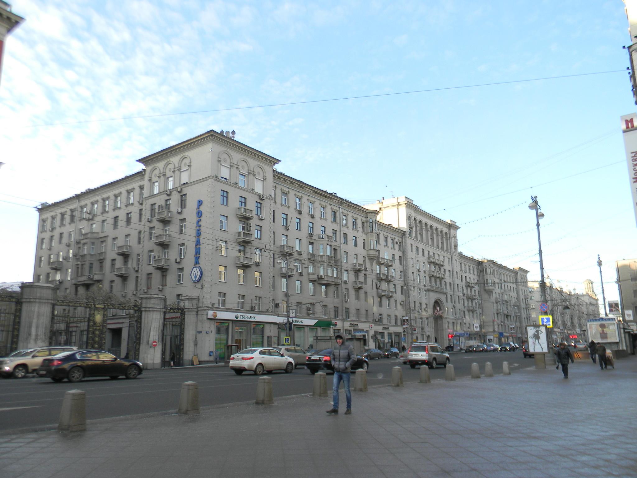 Тверская улица, дом 15. В этом доме с 1940 года по 1977 год жил Народный артист СССР Юрий Александрович Завадский