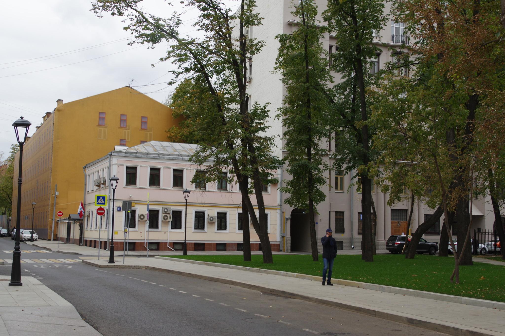 На пересечении Большого Харитоньевского и Большого Козловского переулков