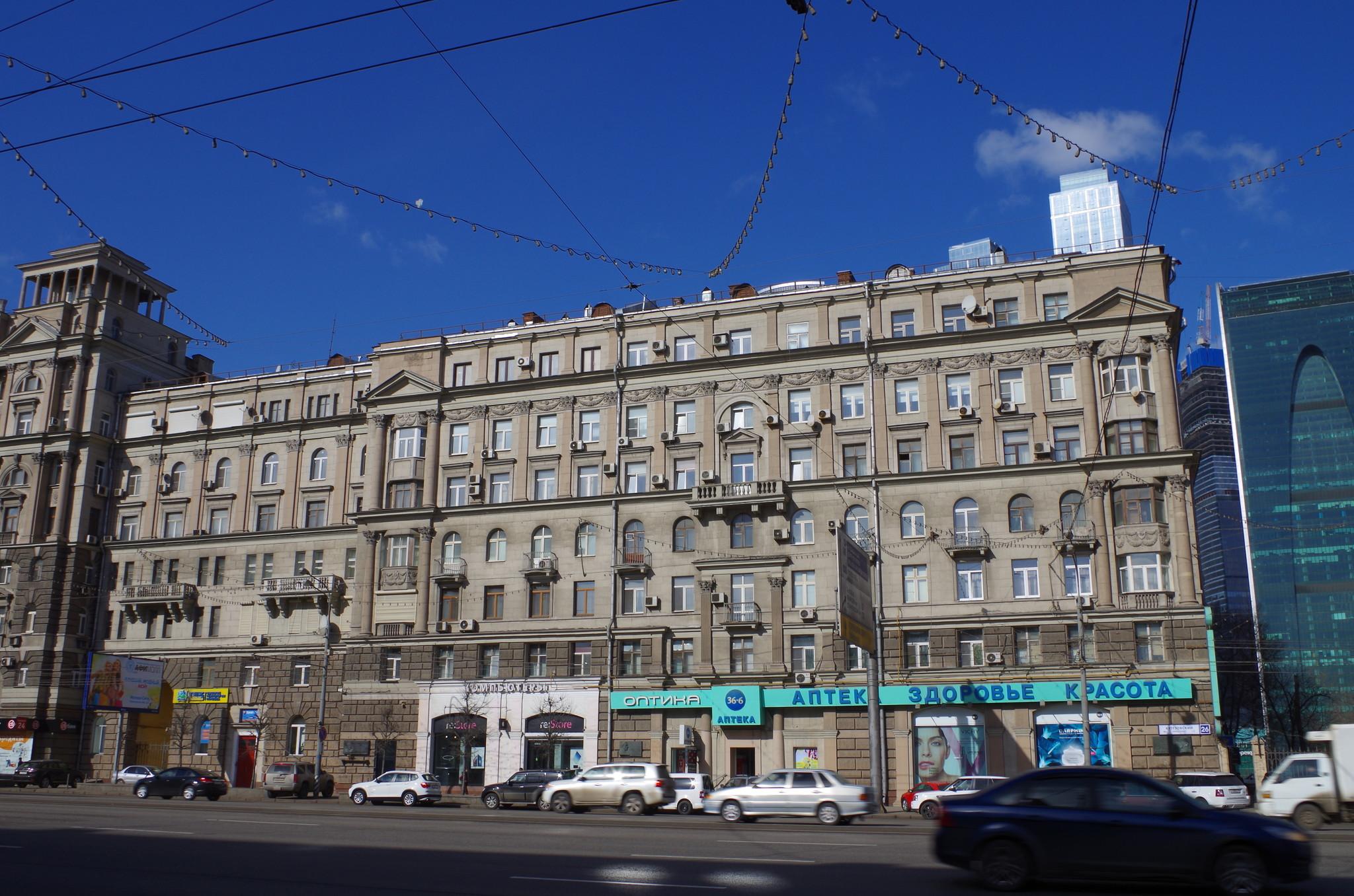 В этом доме (Кутузовский проспект, дом 26) с 1987 года по 2010 год жил Герой Советского Союза Владимир Васильевич Карпов