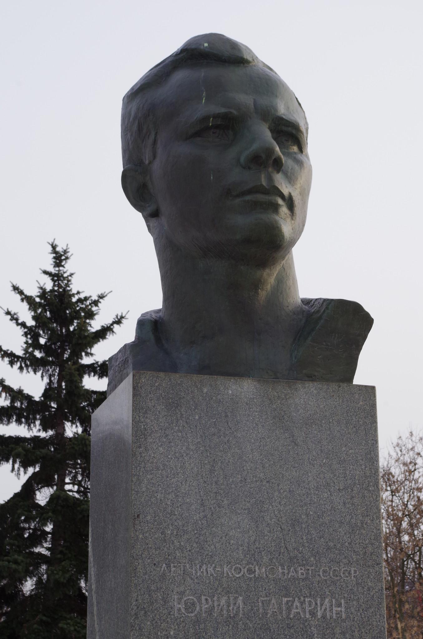 Бронзовый бюст Юрия Алексеевича Гагарина в Москве на Аллее Героев космоса