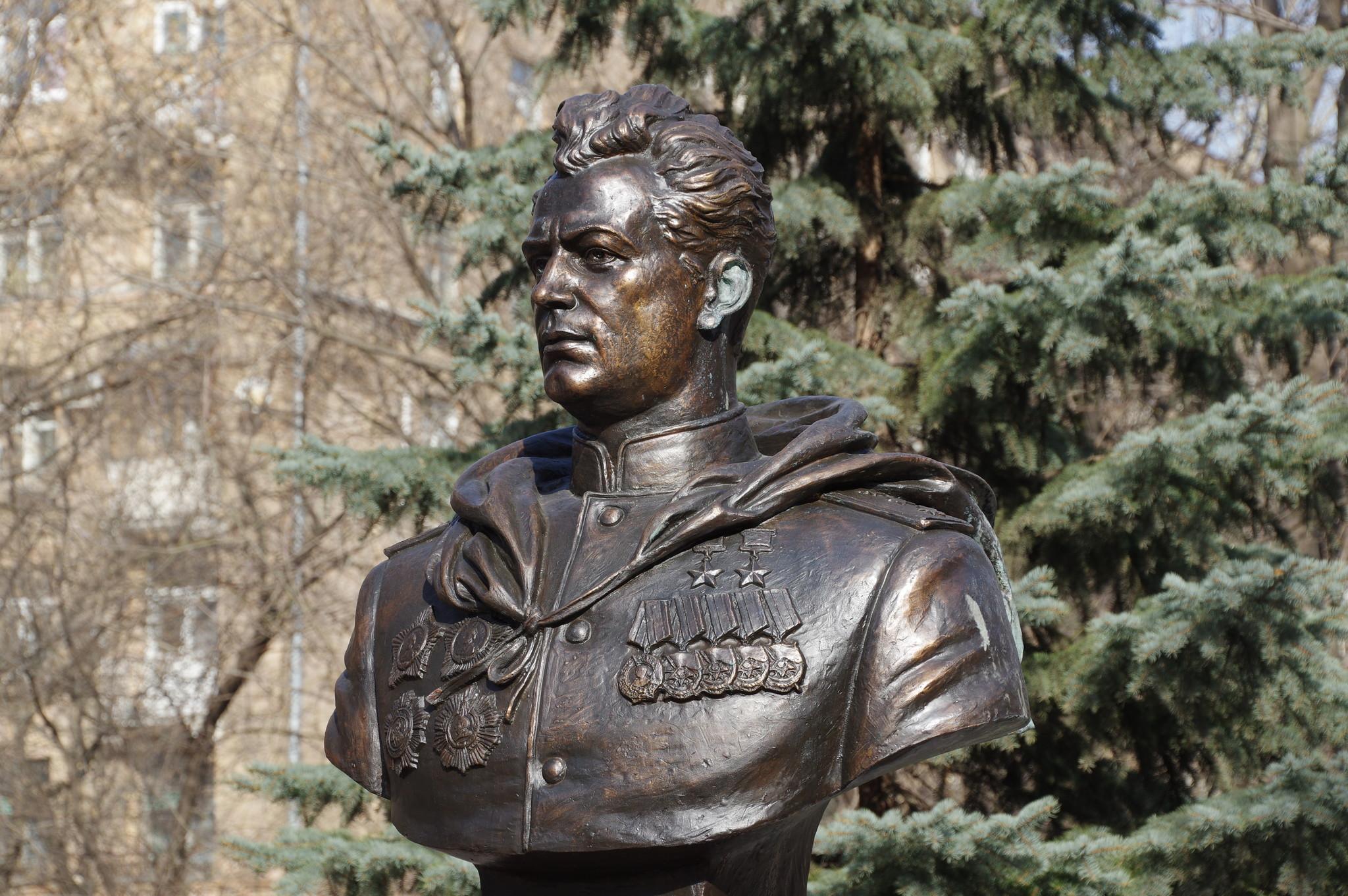 Памятник генералу армии, дважды Герою Советского Союза Ивану Даниловичу Черняховскому