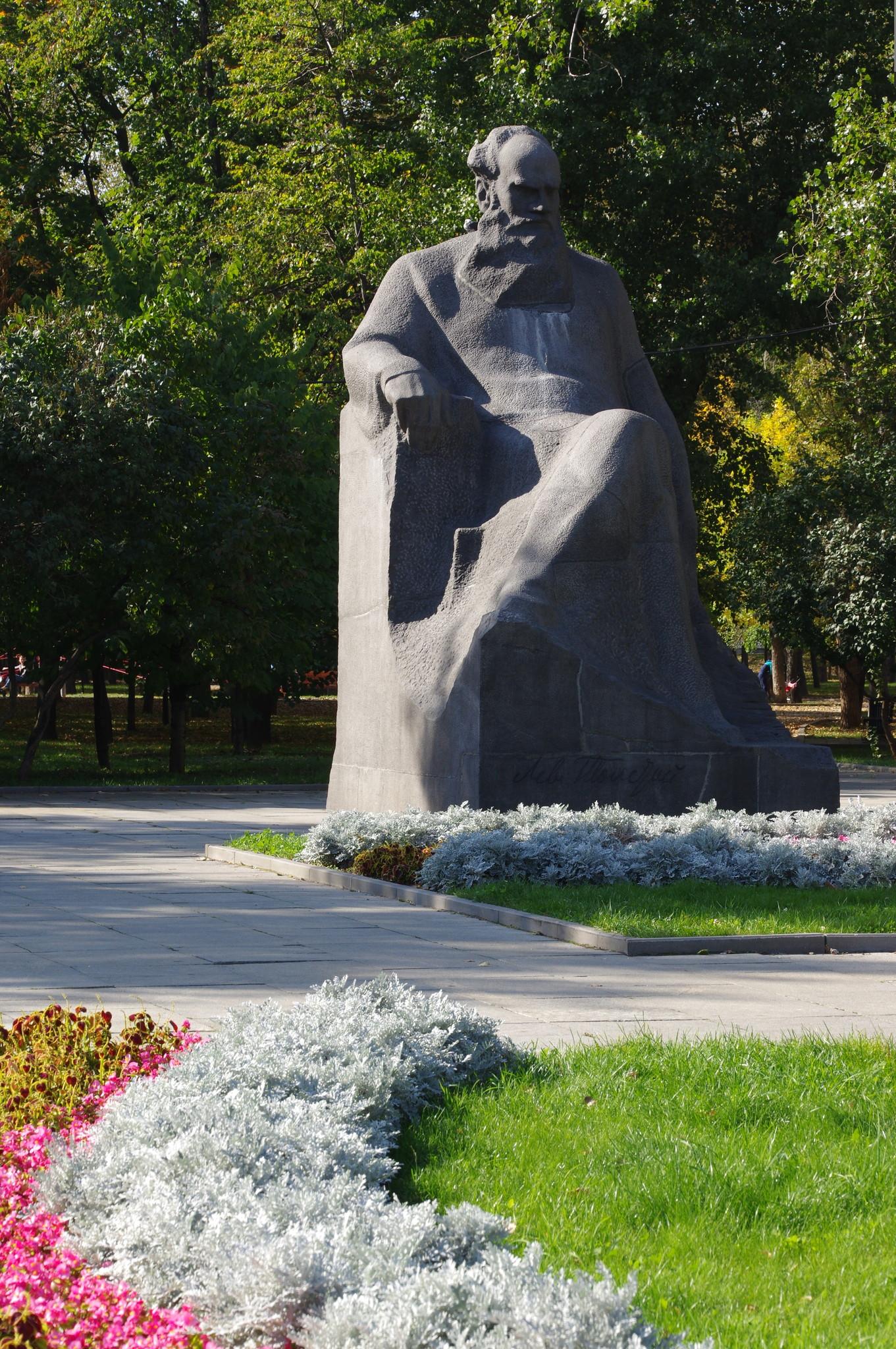 Памятник Льву Николаевичу Толстому в сквере Девичьего поля