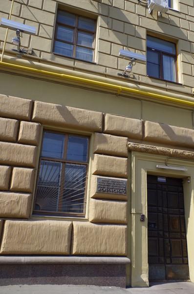 Дом № 13/21 на Смоленке получил у москвичей название «Дом с башенкой»