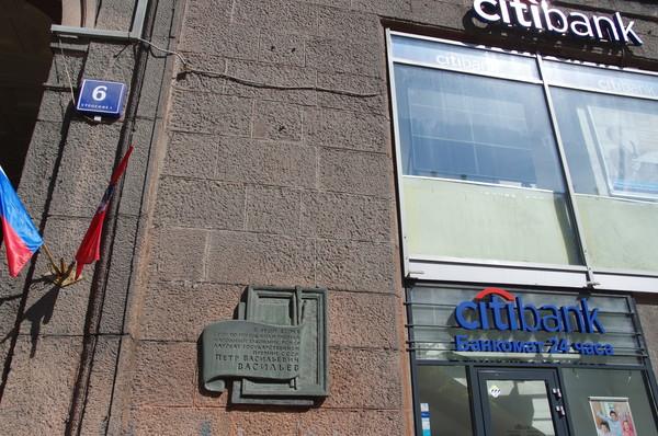 Мемориальная доска Народному художнику РСФСР Петру Васильевичу Васильеву установлена на фасаде дома, где он жил и работал с 1939 по 1975 год (Тверская улица, дом 6, стр. 3, 5)
