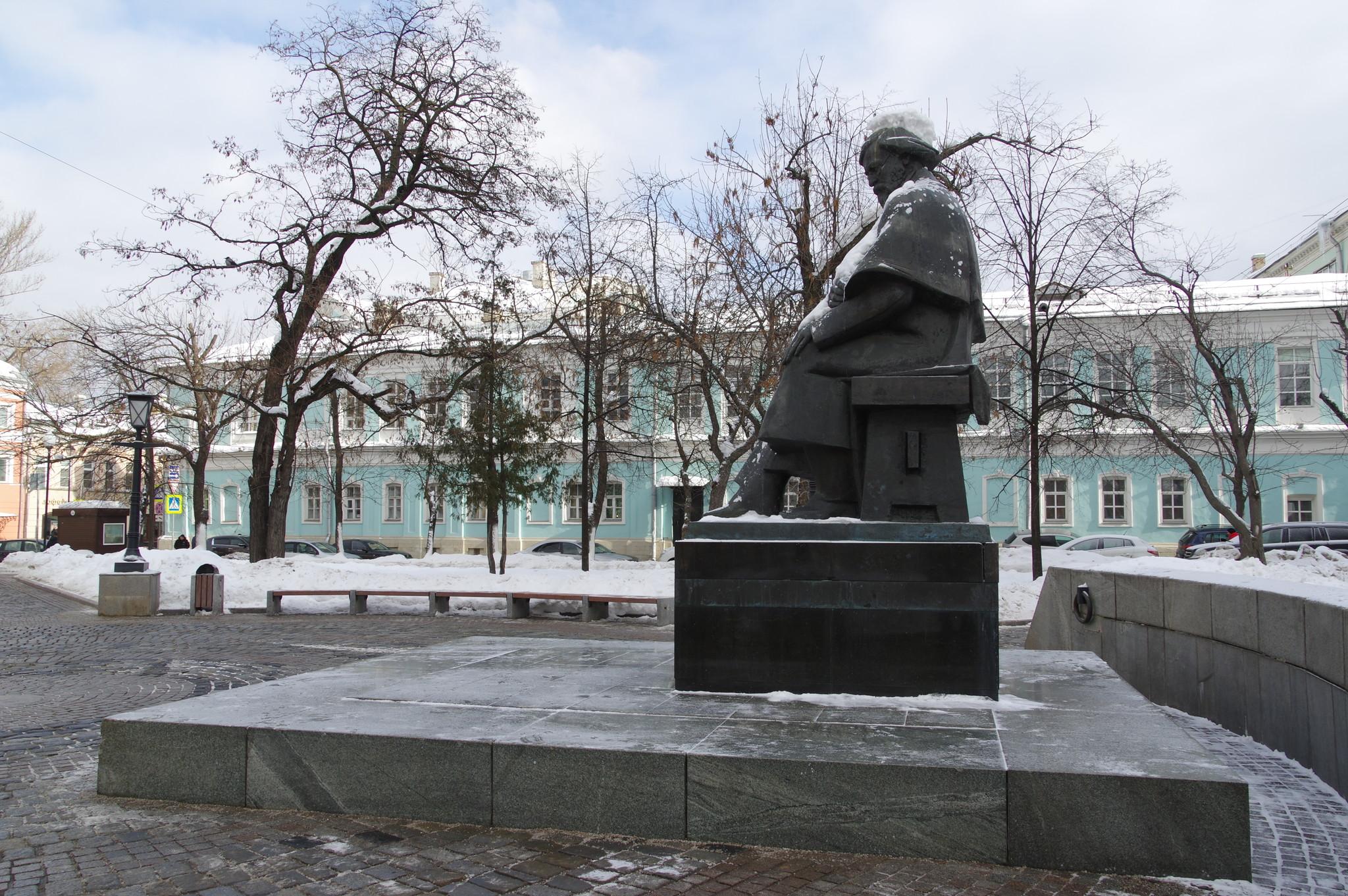 Памятник Николаю Гавриловичу Чернышевскому в сквере у площади Покровские ворота