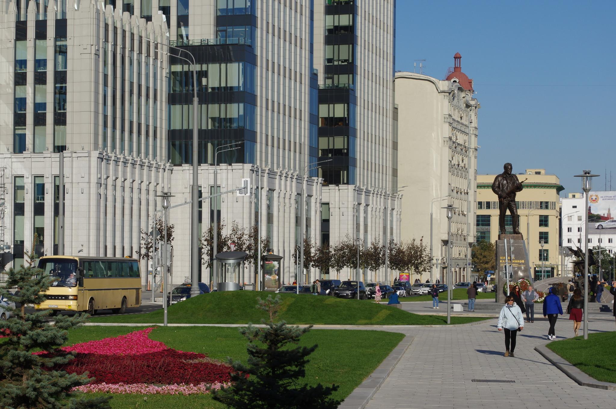 Памятник Михаилу Тимофеевичу Калашникову в Оружейном сквере на пересечении Оружейного переулка и Долгоруковской улицы