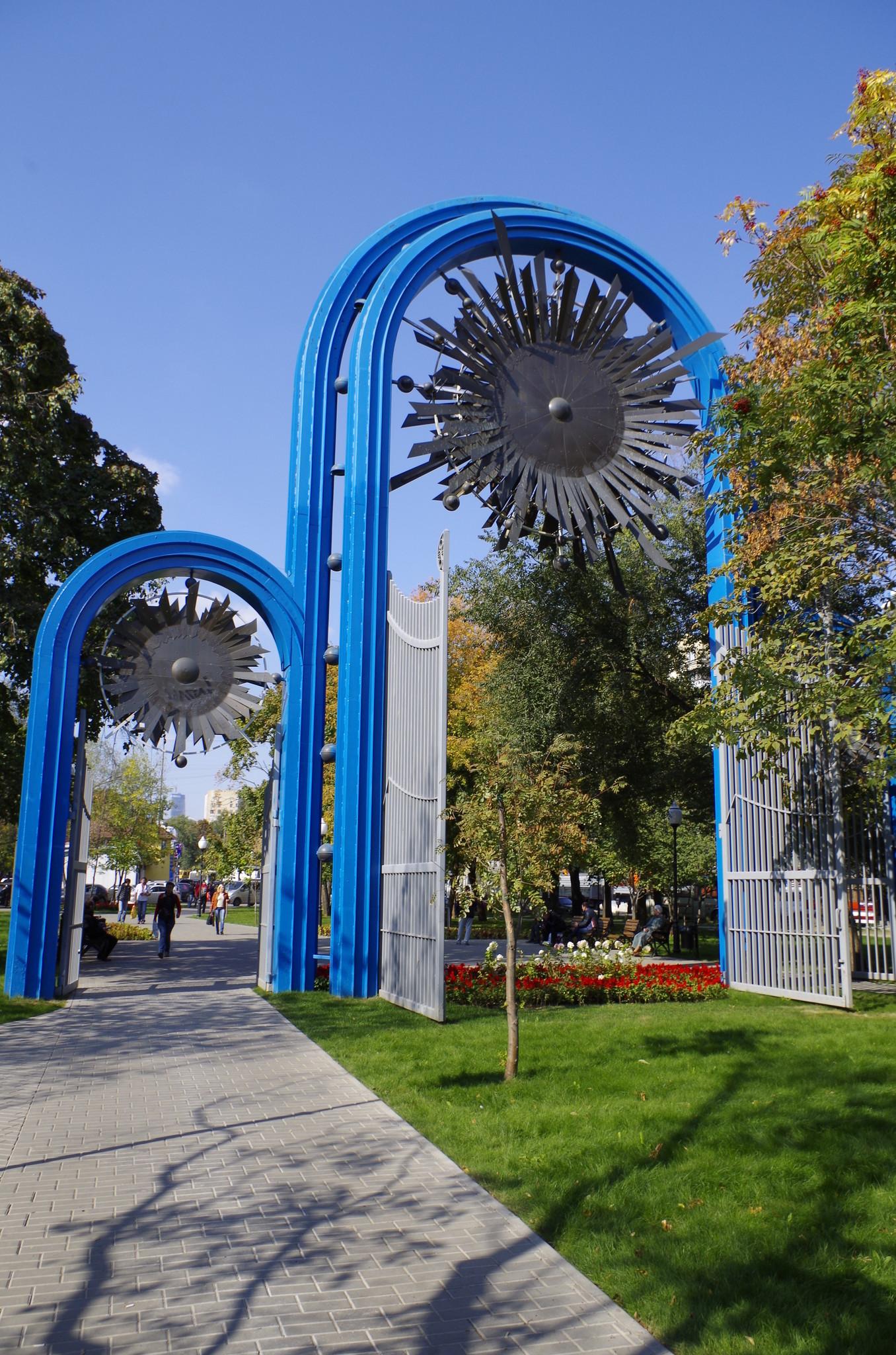 Арочные ворота середины XX века в сквере на 1-й Фрунзенской улице