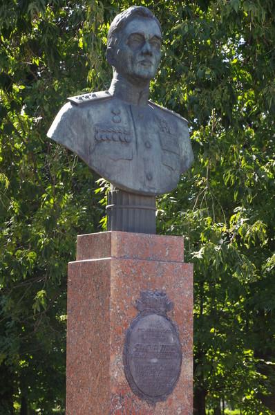 Памятник-бюст авиаконструктору А.С. Яковлеву в московском Чапаевском парке (Парк Авиаторов)