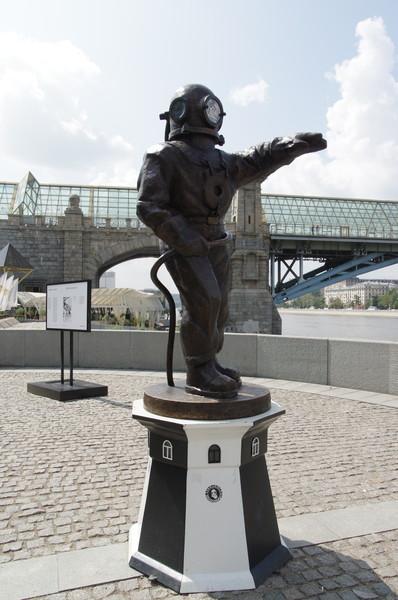 Скульптура «Водолаз – Маяк» в Парке Горького