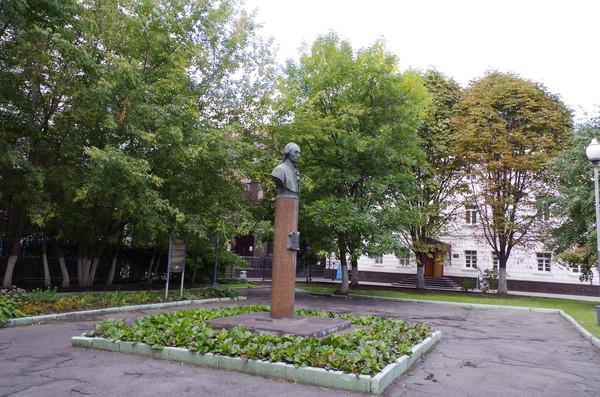Бетонный бюст Александра Николаевича Радищева в сквере на Верхней Радищевской улице