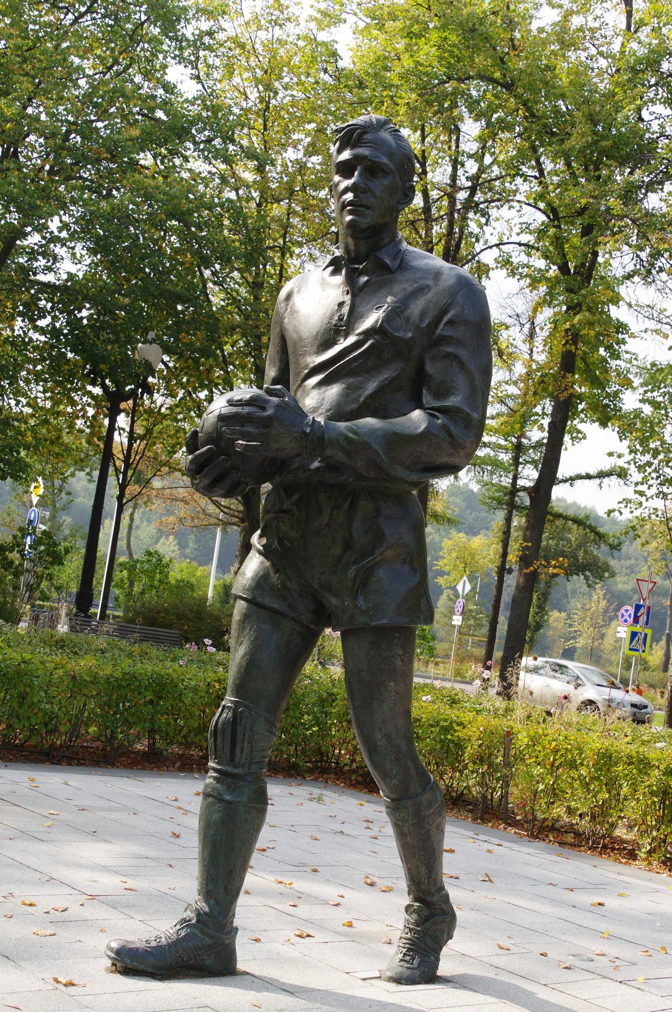 Памятник олимпийскому чемпиону Льву Яшину на Аллее спортивной славы в Лужниках
