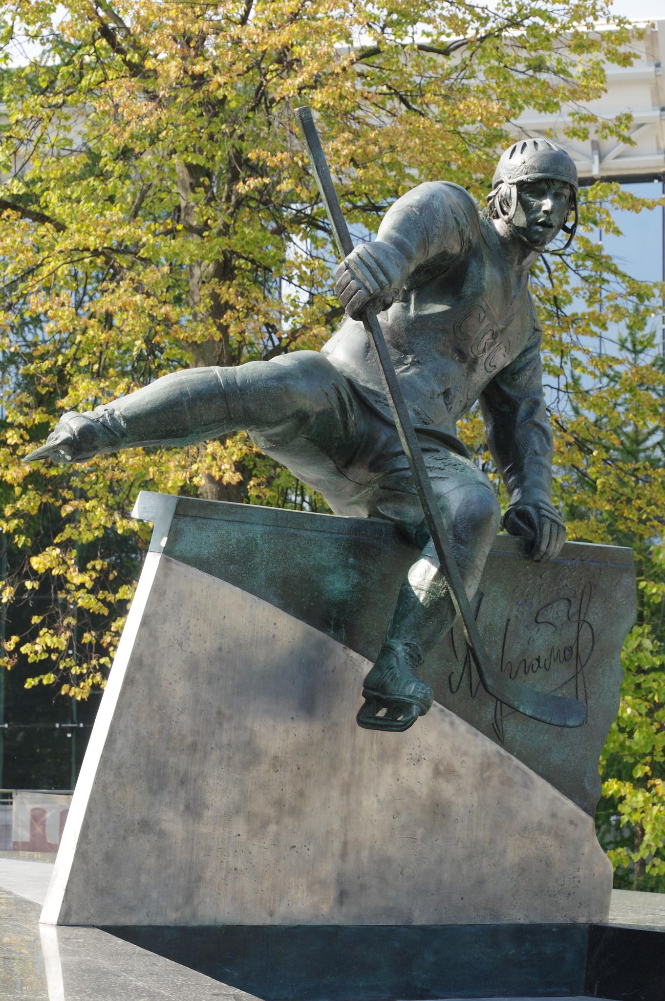 Памятник двукратному олимпийскому чемпиону Валерию Борисовичу Харламову на Аллее славы спорткомплекса «Лужники»