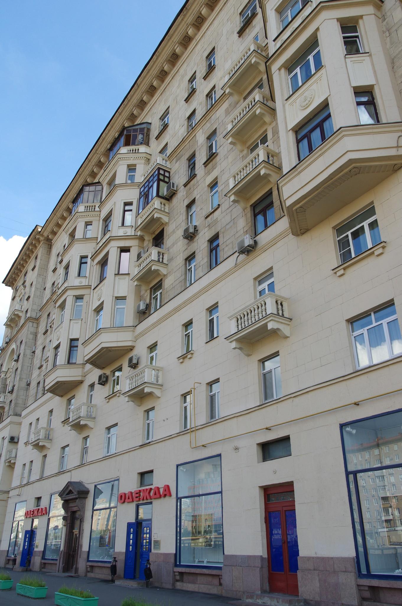 В этом доме (Ленинградский проспект, дом 71) жил советский авиаконструктор Александр Сергеевич Яковлев