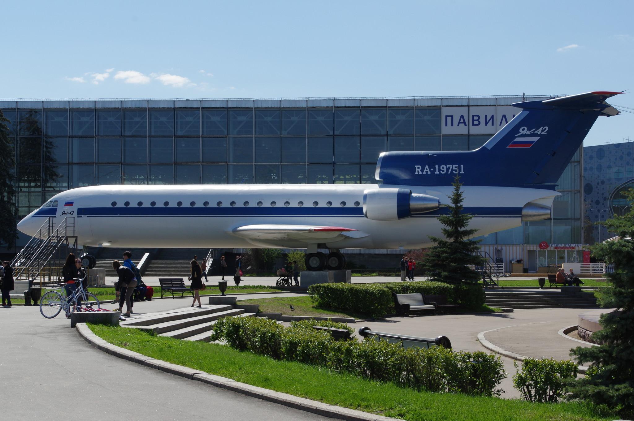 Ближнемагистральный трёхдвигательный пассажирский самолёт Як-42 на ВДНХ