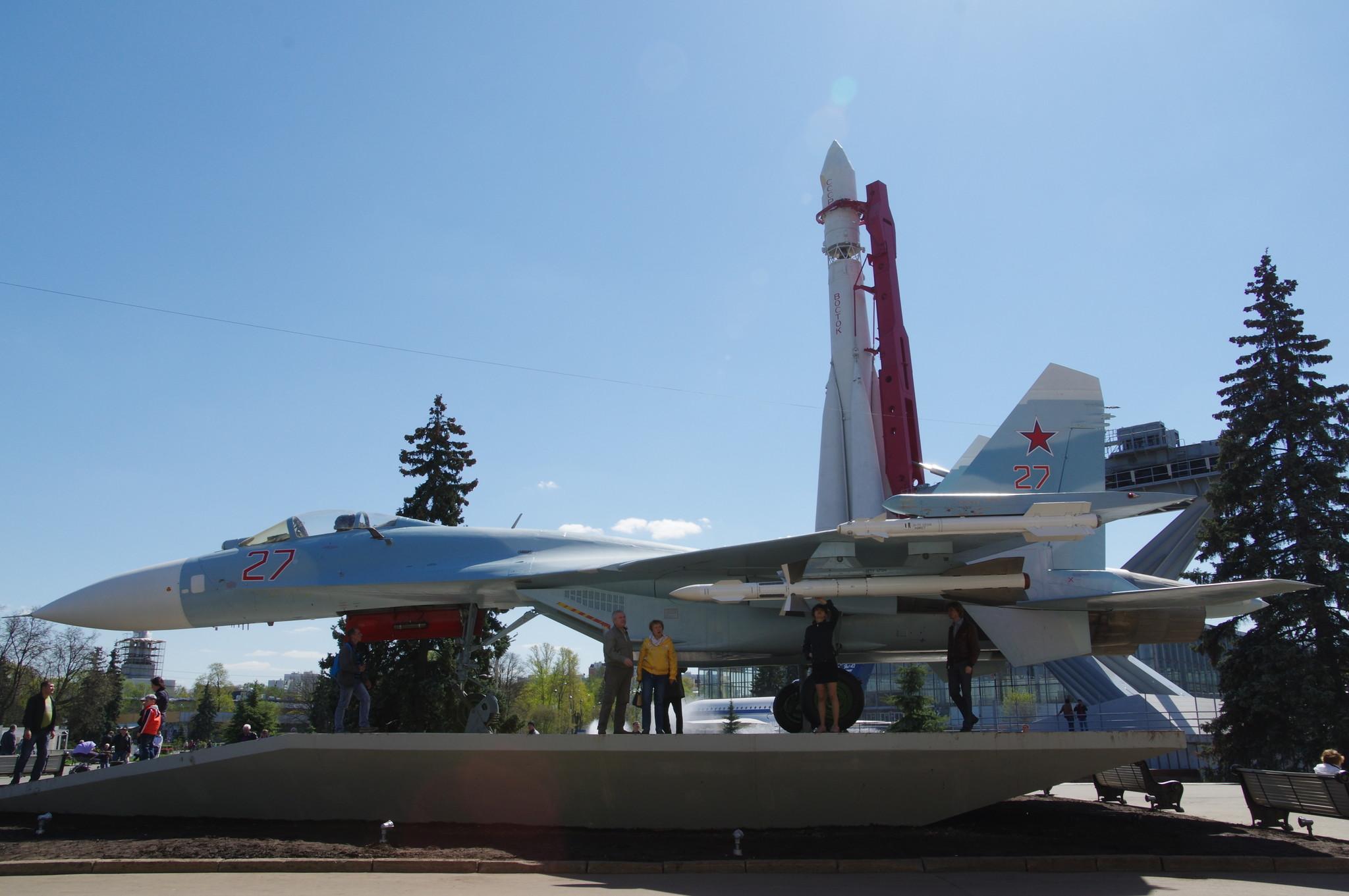 Всепогодный сверхзвуковой тяжёлый истребитель Су-27 на ВДНХ