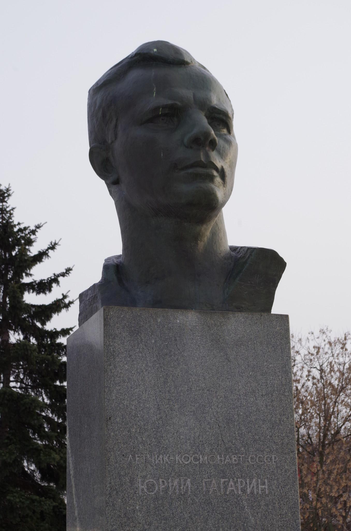 Бронзовый бюст лётчика-космонавта СССР Юрия Алексеевича Гагарина в Москве