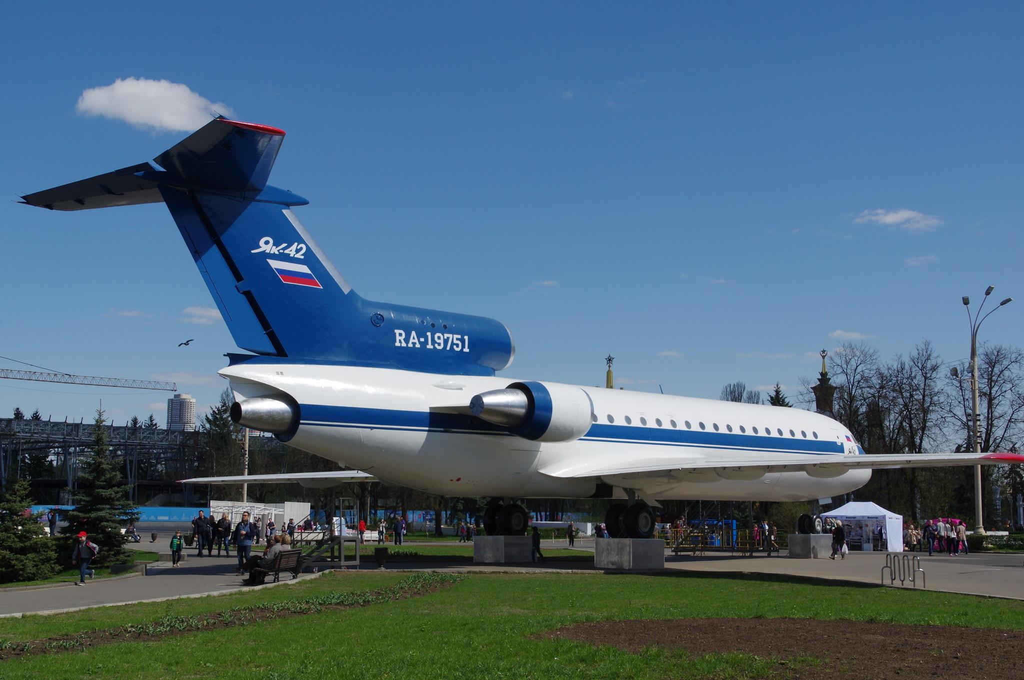 Трёхдвигательный пассажирский самолёт Як-42 на ВДНХ