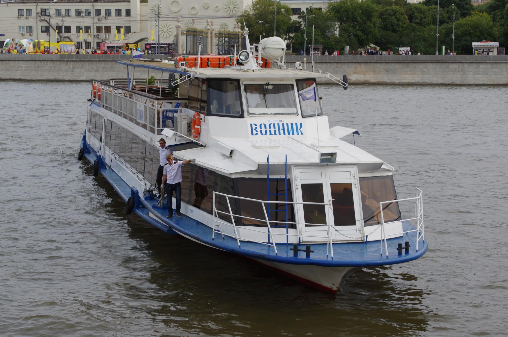 Двухпалубный пассажирский речной теплоход «Водник» (Проект Р-51Э, тип «Москва») на Москве-реке