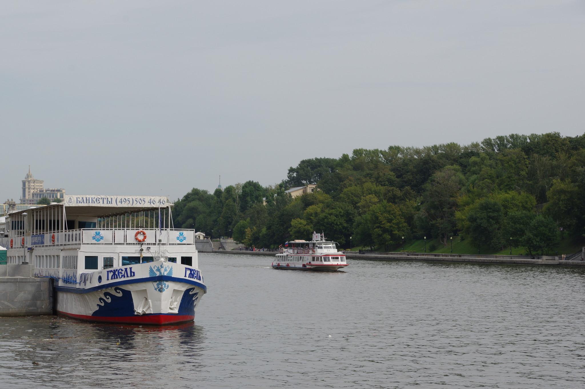 Пассажирский теплоход-ресторан «Гжель» и пассажирский прогулочный теплоход «Москва-51»