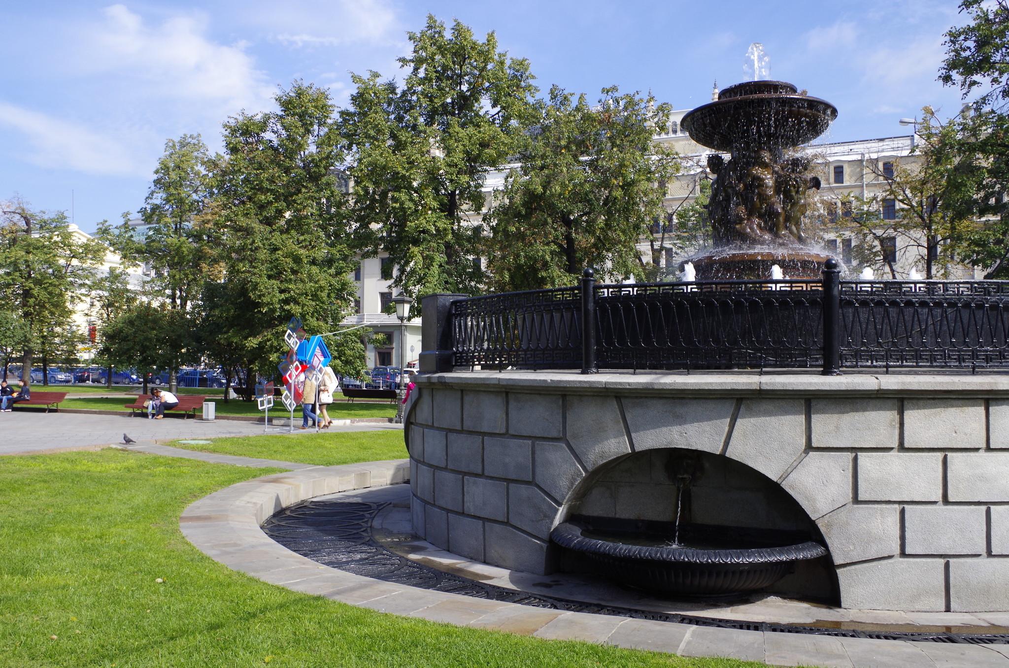Фонтан «Витали», который находится на границе Театральной площади и Площади Революции