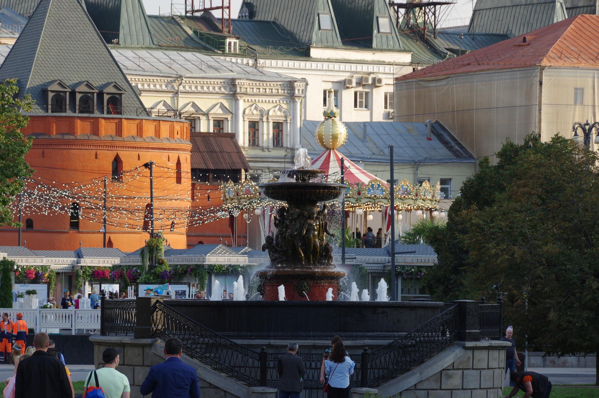 Фонтан «Витали» на границе Театральной площади и Площади Революции