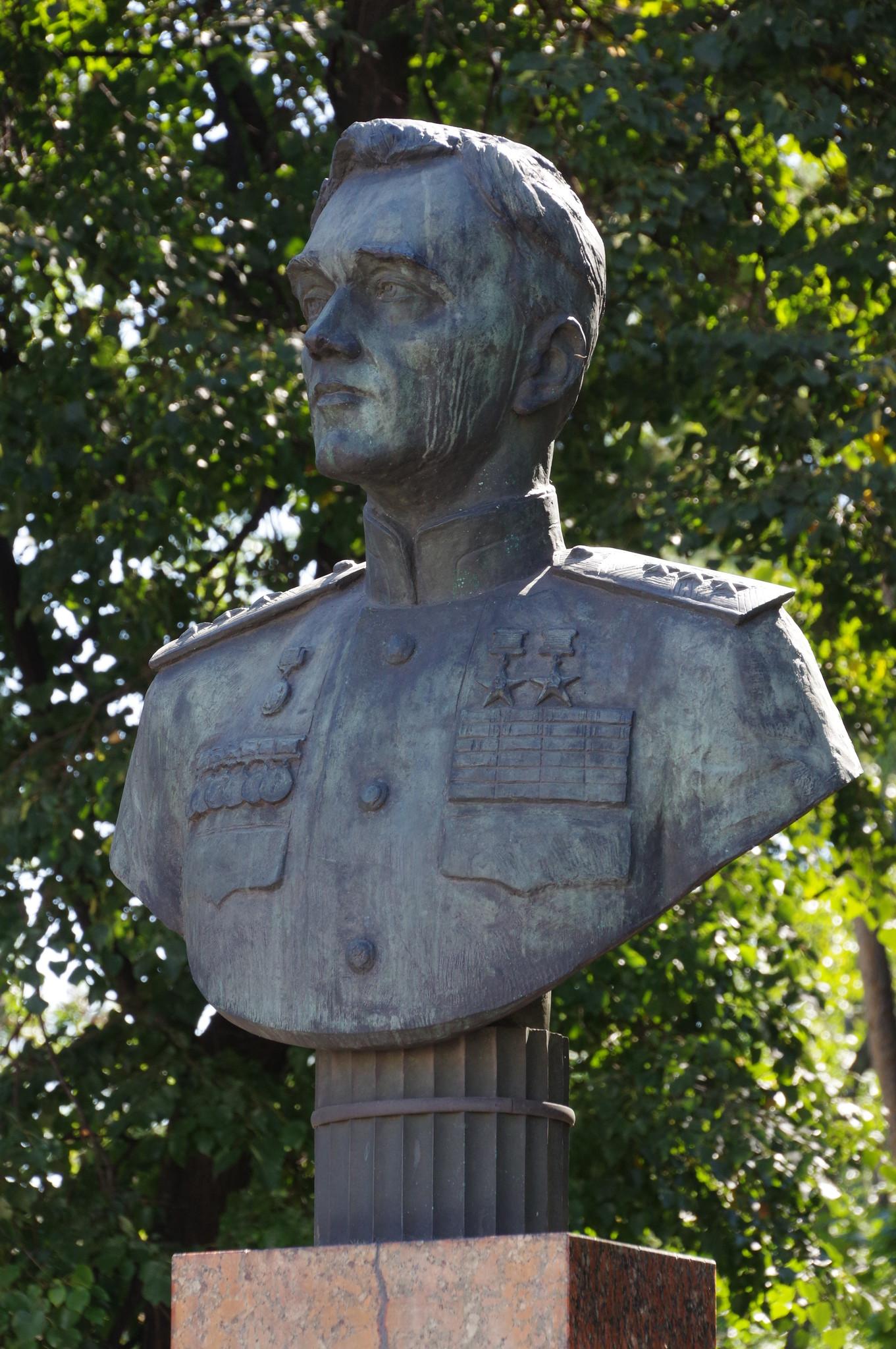 Памятник-бюст авиаконструктору А.С. Яковлеву расположен в сквере рядом с Чапаевским переулком, при входе в Парк Авиаторов