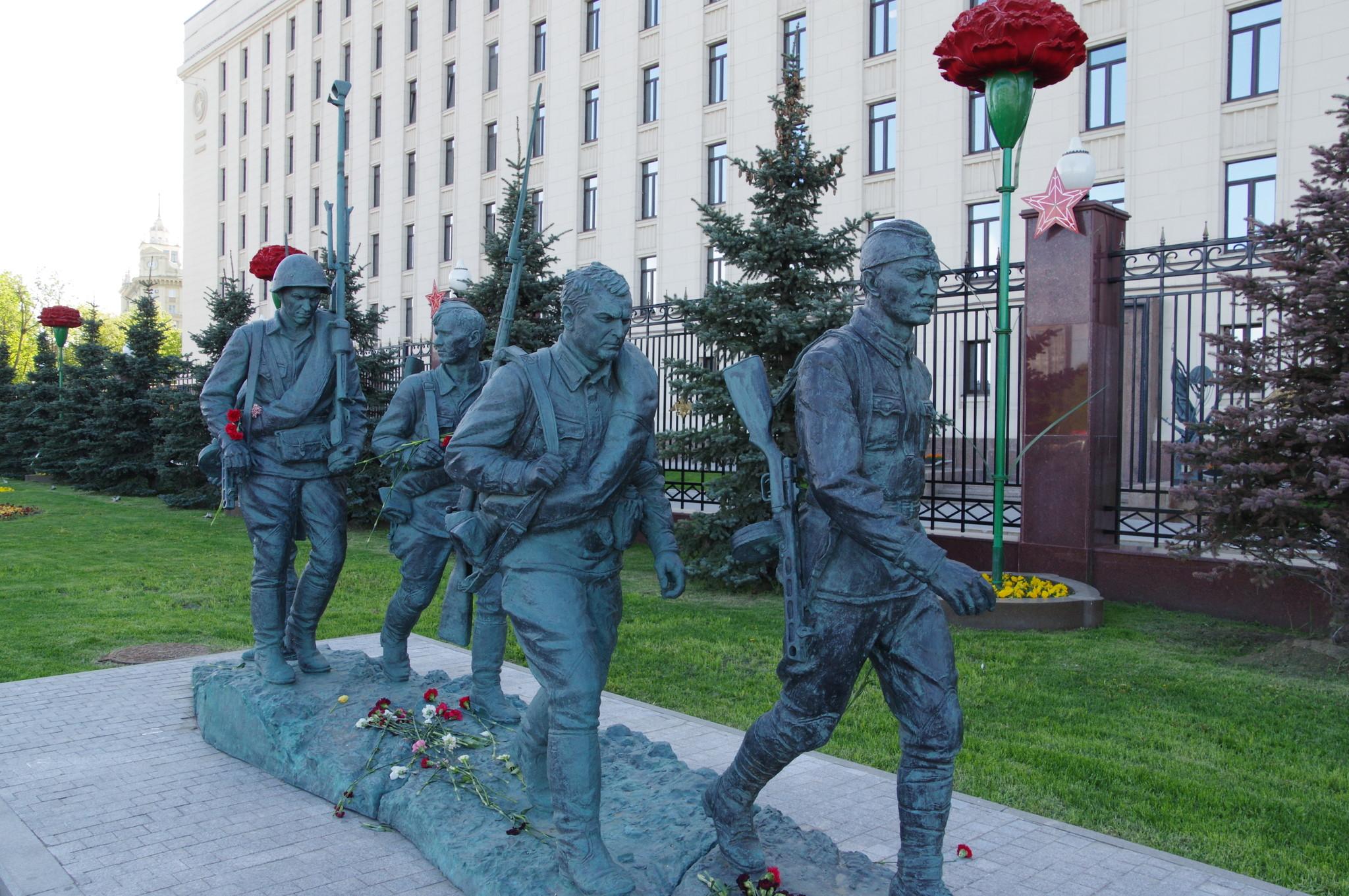 Памятник героям фильма «Они сражались за Родину» на Фрунзенской набережной в Москве