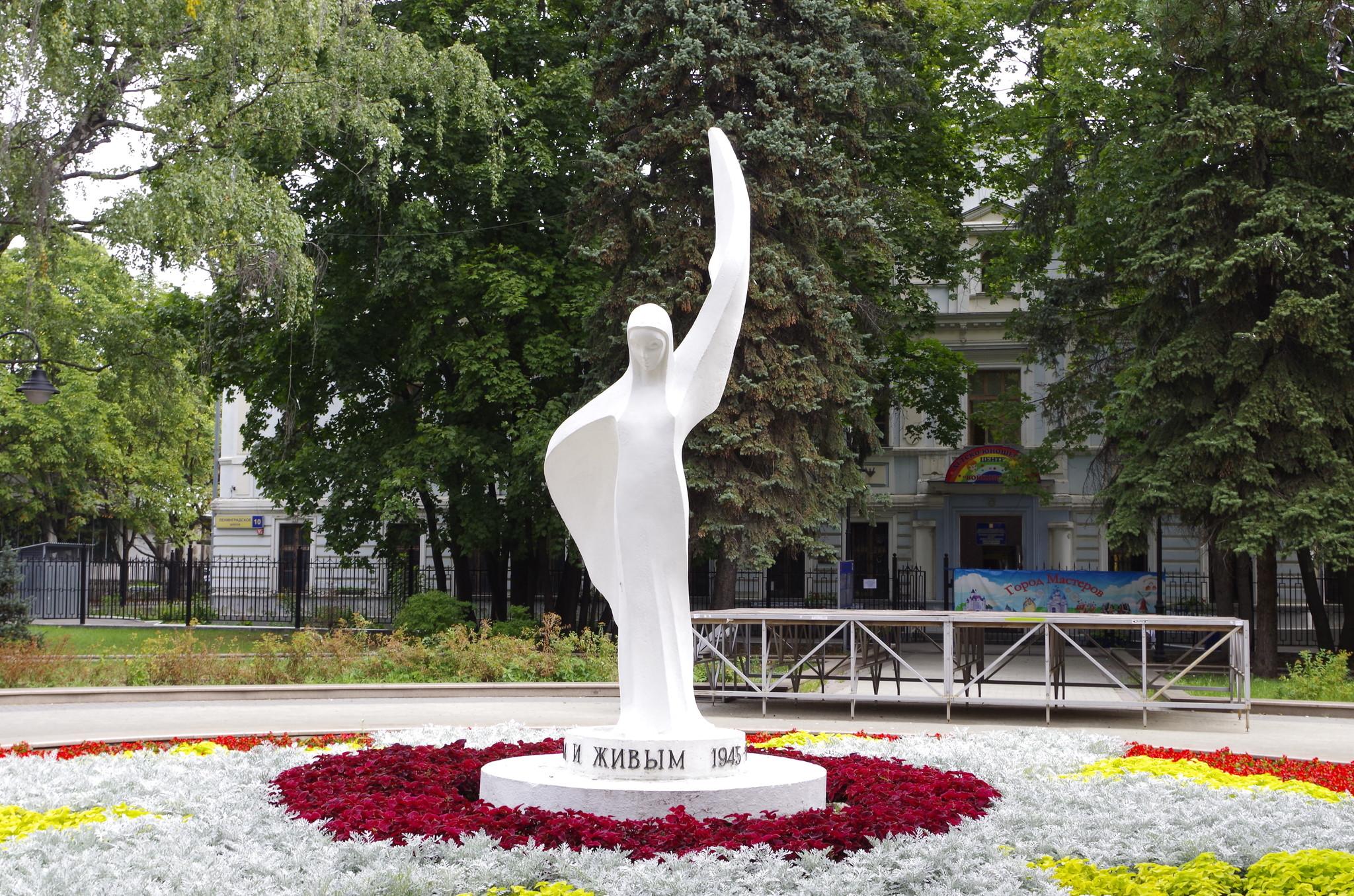 Скульптура «Победа» работы скульптора А.Е. Нейстата в парке имени Воровского (Парк у кинотеатра «Варшава»)