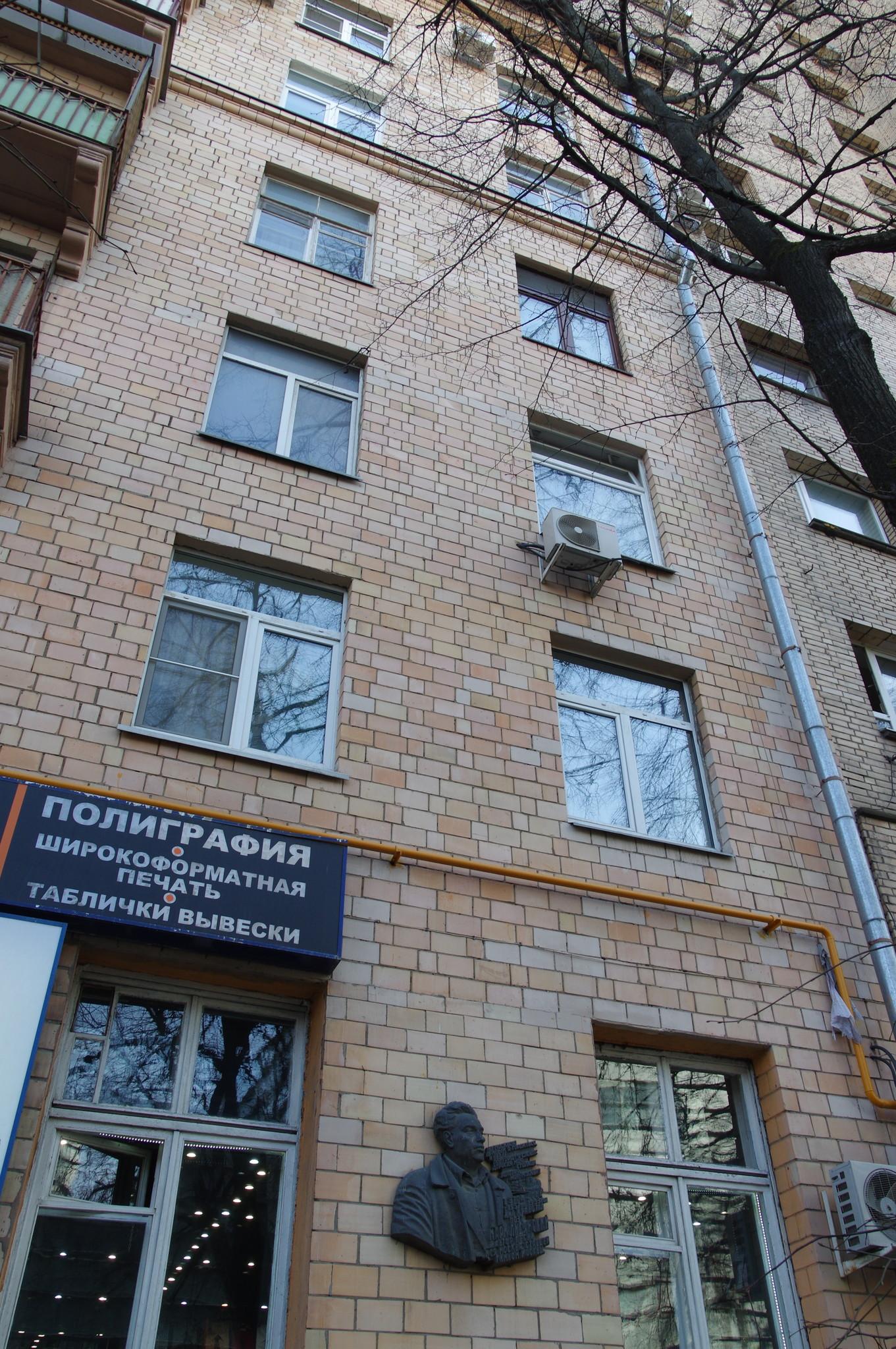 Мемориальная доска в память об ветеране Великой Отечественной войны Марке Лисянском установлена под окнами квартиры поэта по адресу Москва, ул. Черняховского, дом 4 - ЖСК «Московский писатель»