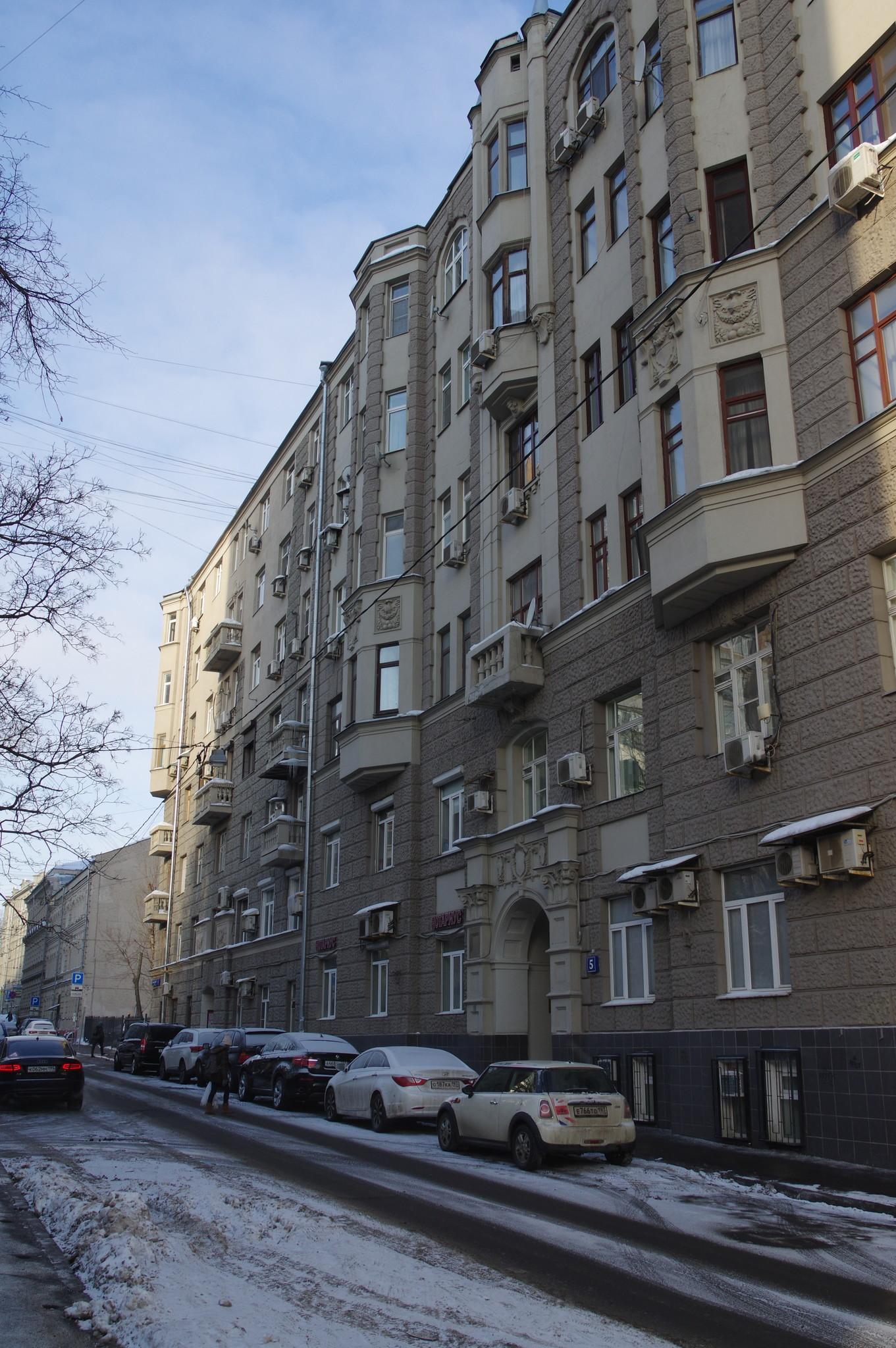 Большой Казённый переулок, дом 7. Здесь с 1950 года по 1999 год, жил участник Великой Отечественной войны 1941-1945 годов, генерал-майор инженерно-технической службы Николай Николаевич Волгин