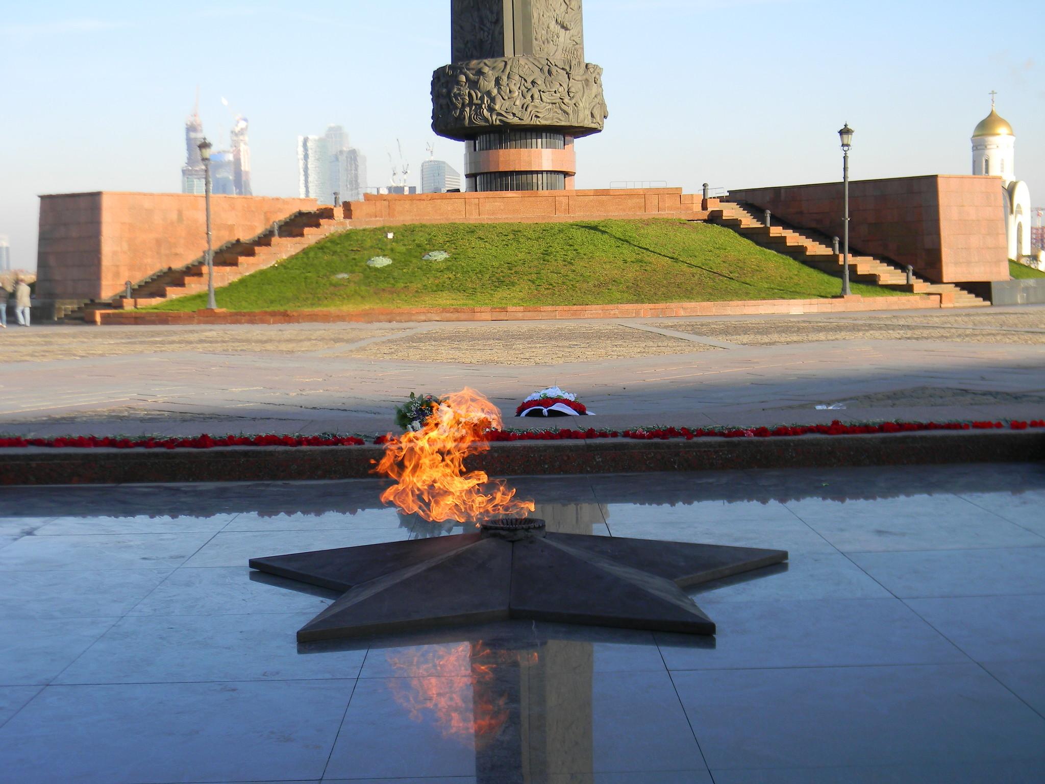 Вечный огонь у Музея Победы