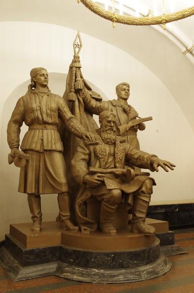 В переходе станции «Белорусская» установлена монументальная композиция «Белорусские партизаны» (скульпторы С.М. Орлов, С.Л. Рабинович и И.А. Слоним)