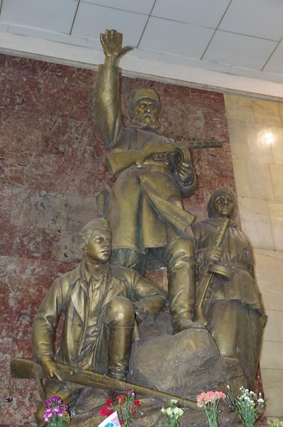 Скульптурная группа «Партизаны» в вестибюле станции метро «Партизанская» (скульптор Матвей Генрихович Манизер)