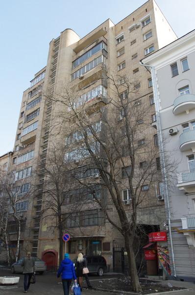 Улица Черняховского, дом 2. В этом доме с 1967 по 1979 годы работал писатель Герой Социалистического Труда Константин Михайлович Симонов